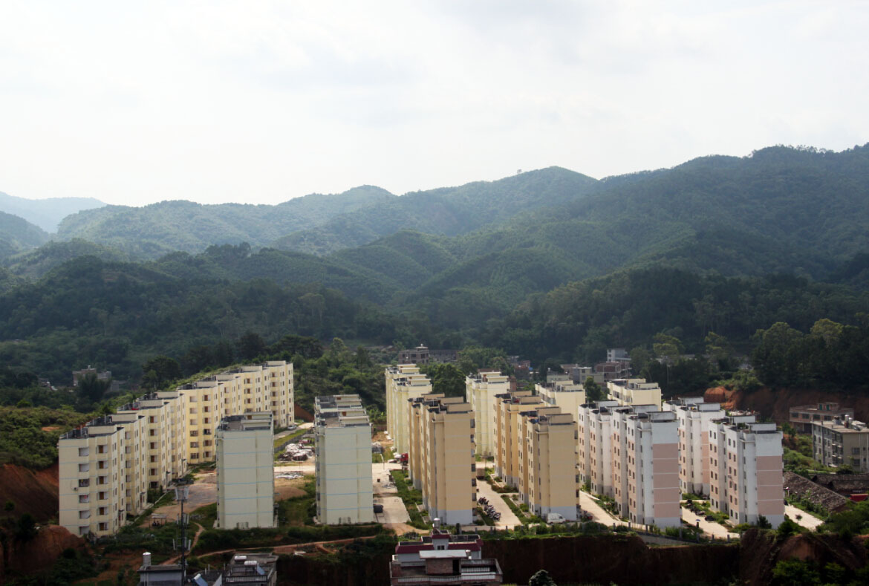 一座山 20层的高度拍浦北县城