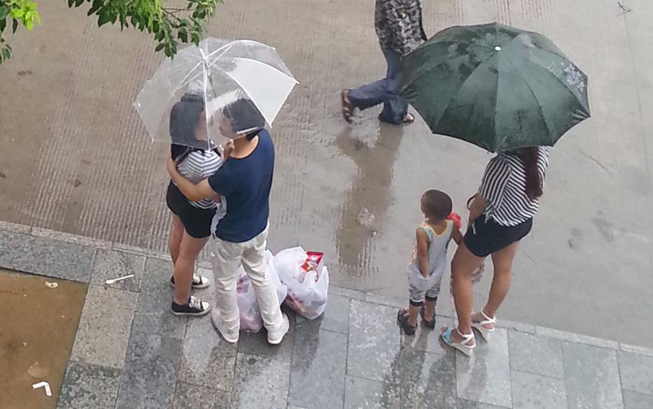 雨伞下的爱情幸福图片