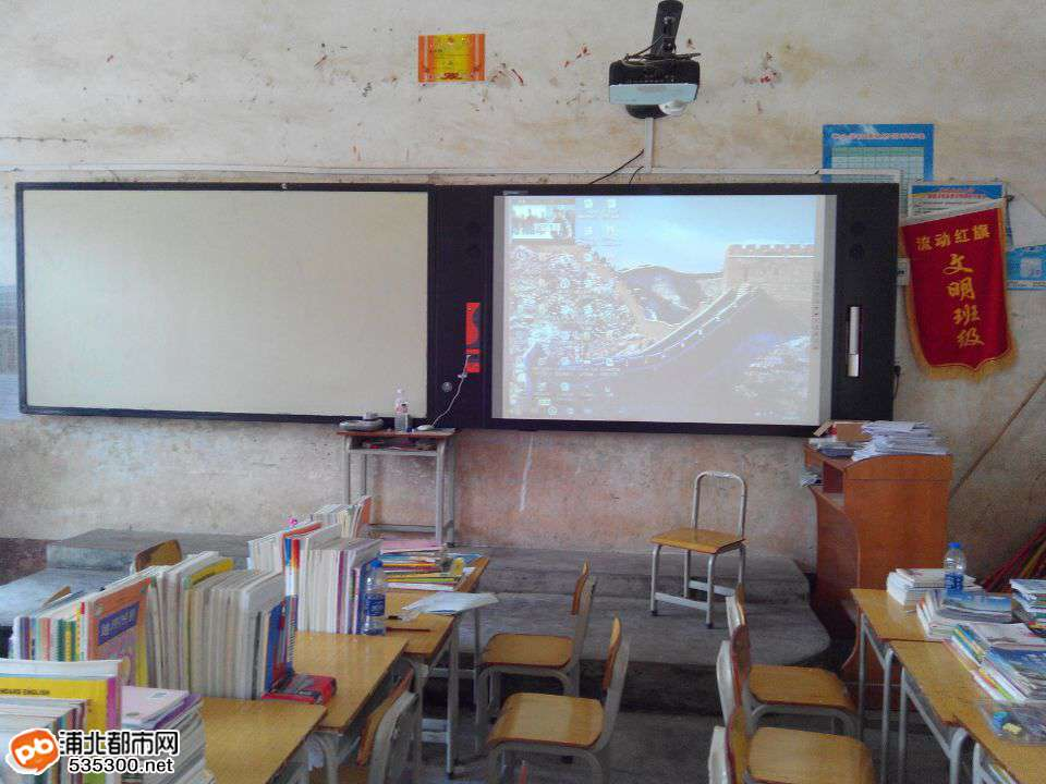 """寨圩中学教室黑板已经换得如此""""高大上""""?先进哦"""