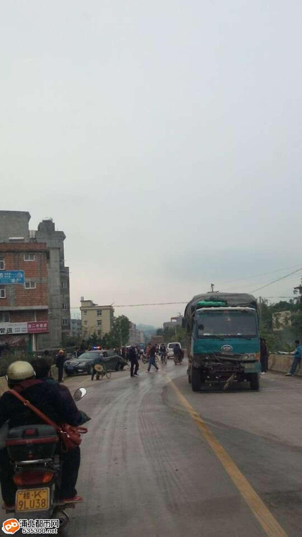 浦北马兰发生严重追尾事故,大货车碾碎小轿车