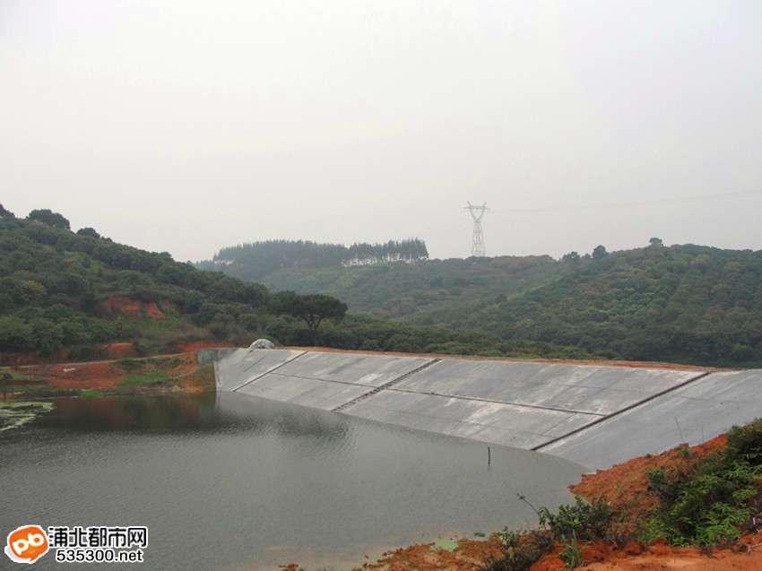 五、水库除险加固工程 浦北县共有水库42座,其中小1型水库10座、小2型水库32座,总库容4013.9万立方米,设计灌溉面积5.17万亩。但由于这些水库都是建于上世纪六七十年代,年久失修,存在诸多的安全隐患,且分布不均和管理不完善,使水库没有起到蓄水灌溉促生产的作用,通过对水库实施除险加固工程,进一步发挥水库蓄水和灌溉的潜力,有力地推动灌区内农业产业的发展,从而提高群众对农业生产的积极性和规模化种植,加快推进了农业现代化的发展。 其中,白石水水库除险加固工程和官垌水闸除险加固工程,将在15年间建设拦河闸坝