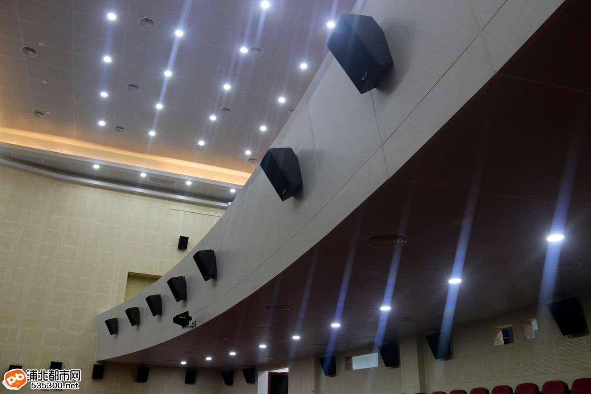 据了解,浦北县艺术中心位于越秀大道与六一路交接处北向地块,东临晨华城市广场,西临越秀大道,南临六一路,北临第三幼儿园,规划用地面积9.98亩,总建筑面积约4500平方米,规划座位968个,3D影视观众席168个,小型会议室16间,投资约1200多万;项目主要功能以大型会议室功能为主使用,以文艺汇演、影视城几茶庄等使用功能为辅,周边配套商铺、生态停车场、景观小品,大力提升该项目商业价值,满足广大市民的娱乐、休闲需求。 浦北新艺术中心正大门