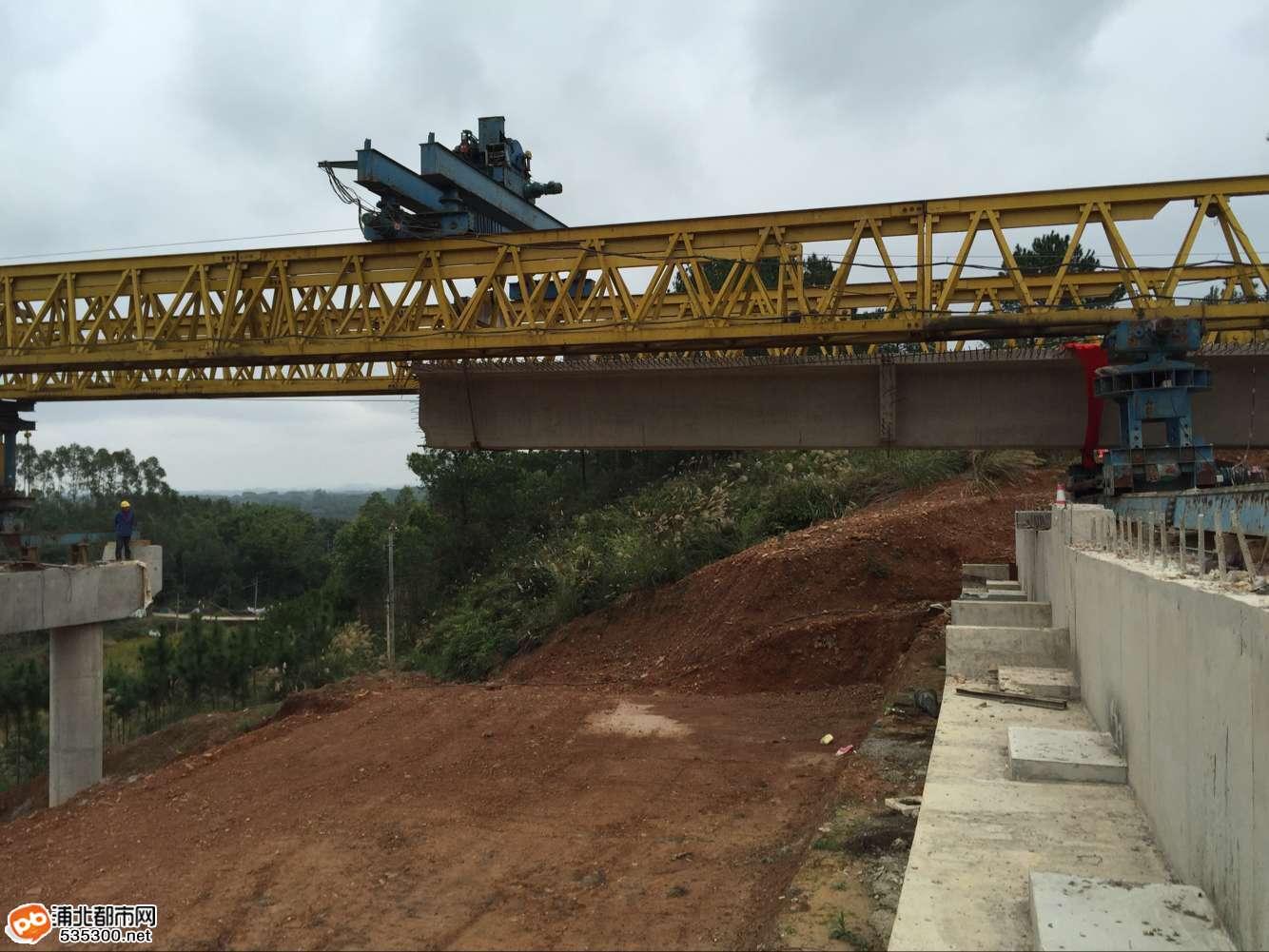 贵合高速1标段:绕山村高架桥首片箱梁顺利架设