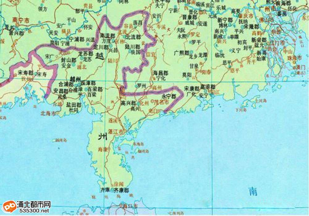 坡子坪,位于古代海上丝绸之路的南流江畔,是浦北县一个不起眼的村庄。作为南朝越州故城遗址,没有多少村民觉得这片生养自己的土地,有什么特殊的地方。   2月25日下午5时许,坡子坪一带细雨蒙蒙,村民香钦旭驾驶着拖拉机,在地里平整土地。持续半个多月的阴雨天气,让这里的土地得以滋润,现在家家户户正忙着往自家的土地里种甘蔗。在香钦旭将拖拉机开了几个来回后,轰的一声,拖拉机的一个前轮,突然深陷到了地里,动弹不得,几个村民合力才好不容易将车拉了出来。   古墓,这好像是一个古墓!有村民伸头往深坑探望时,看到一