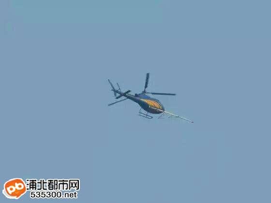 的直升飞机飞过