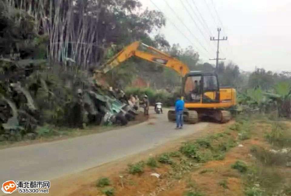 张黄马屋附近一驱动拖拉机侧翻路边水沟,挖掘机救援