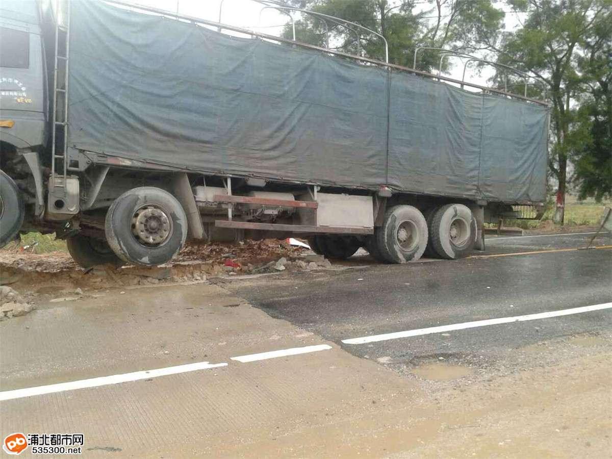 真有这么衰!寨圩一货车发生事故,司机离开处理又遭盗油
