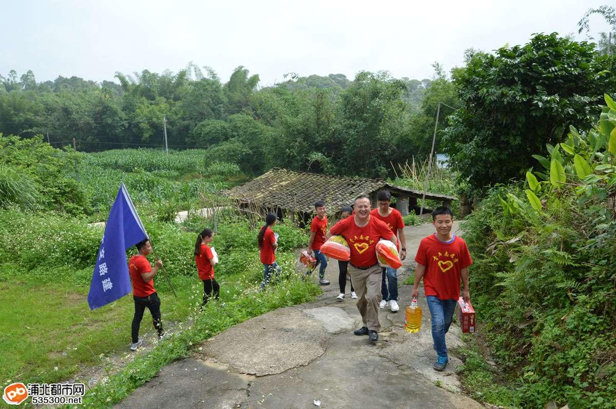 贵合路路面№B合同段志愿服务队走访慰问农村孤寡老人