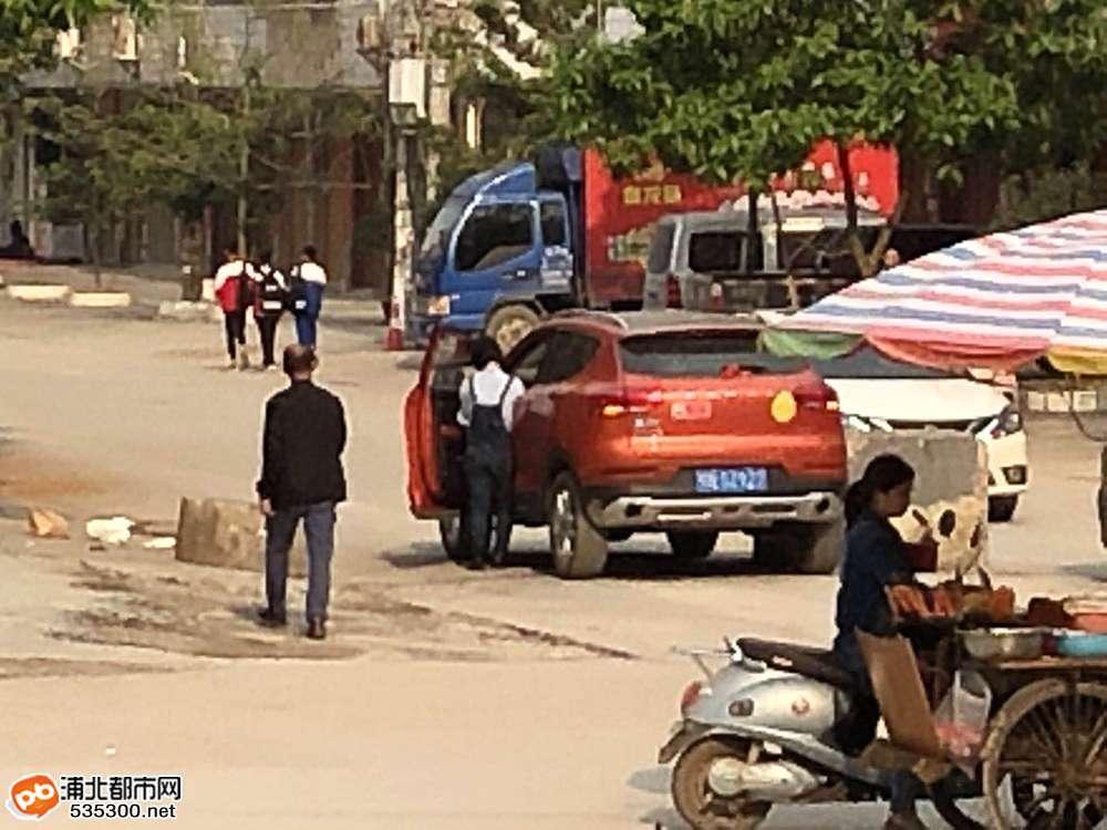 浦北中医院路段这场车祸让人笑尿了,真不愧是女司机