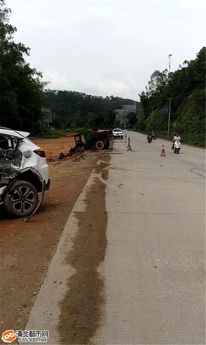 惨烈!龙门苏村一拖拉机撞上越野车,车头当场被撞断..