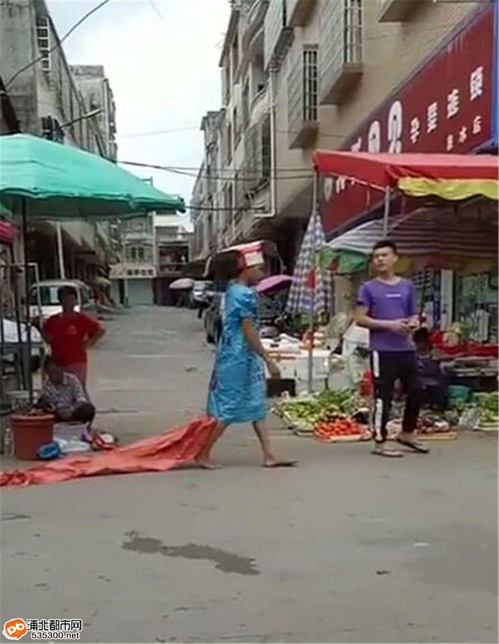 泉水一年轻人想做网红想疯了吧!竟然穿成这样出街