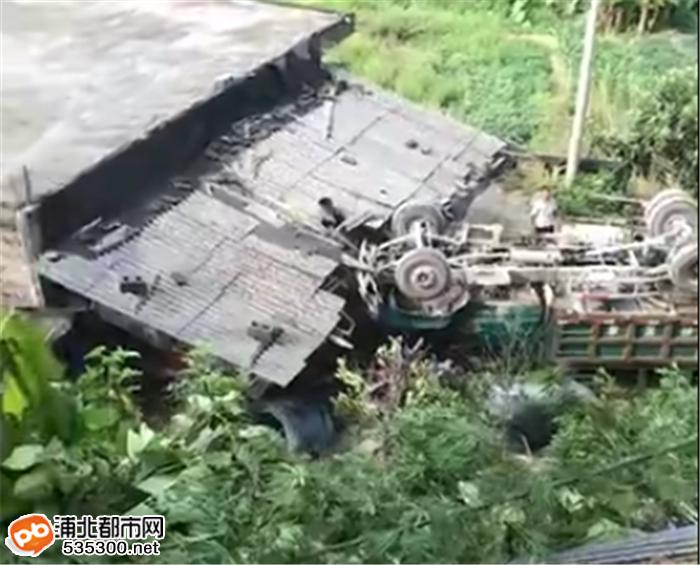 """浦北六硍旺塘村""""后驱动""""翻落十米高坡,民房被车砸烂!"""