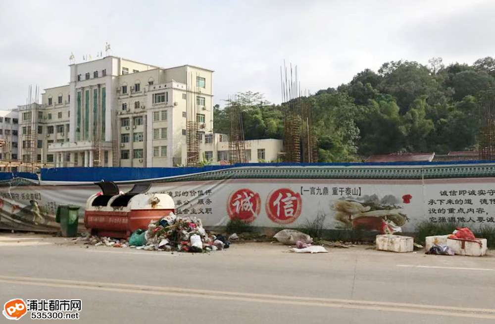 浦北商业街这个垃圾桶垃圾经常性满出,发臭恶心