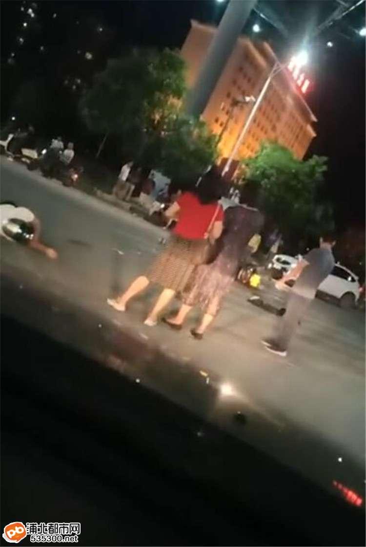 又挨了!浦北奥园十字路口再次车祸,一男子受伤倒地