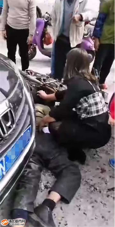 浦北沙场路口轿车与摩托相撞,骑车老人倒地流血受伤!
