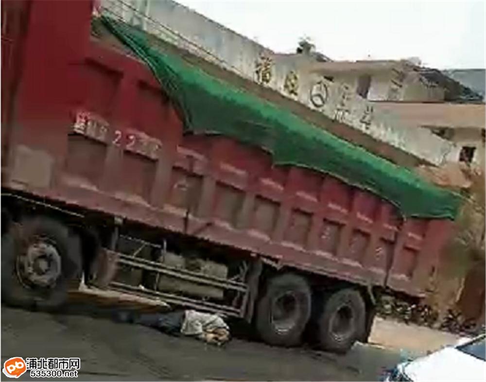 福旺车站路段大货车与三轮车碰撞,一男子卷入货车底