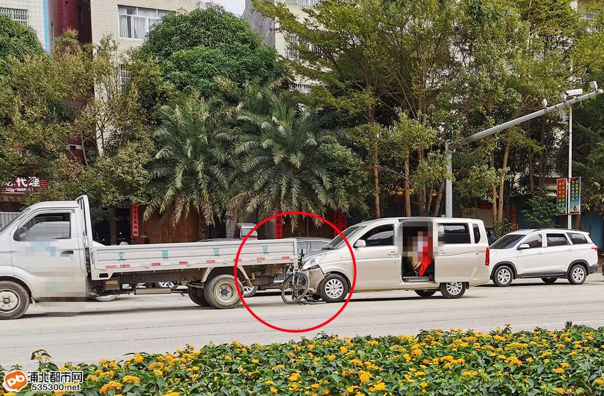 浦北突发三车追尾相撞车祸,自行车被夹两小车中间...