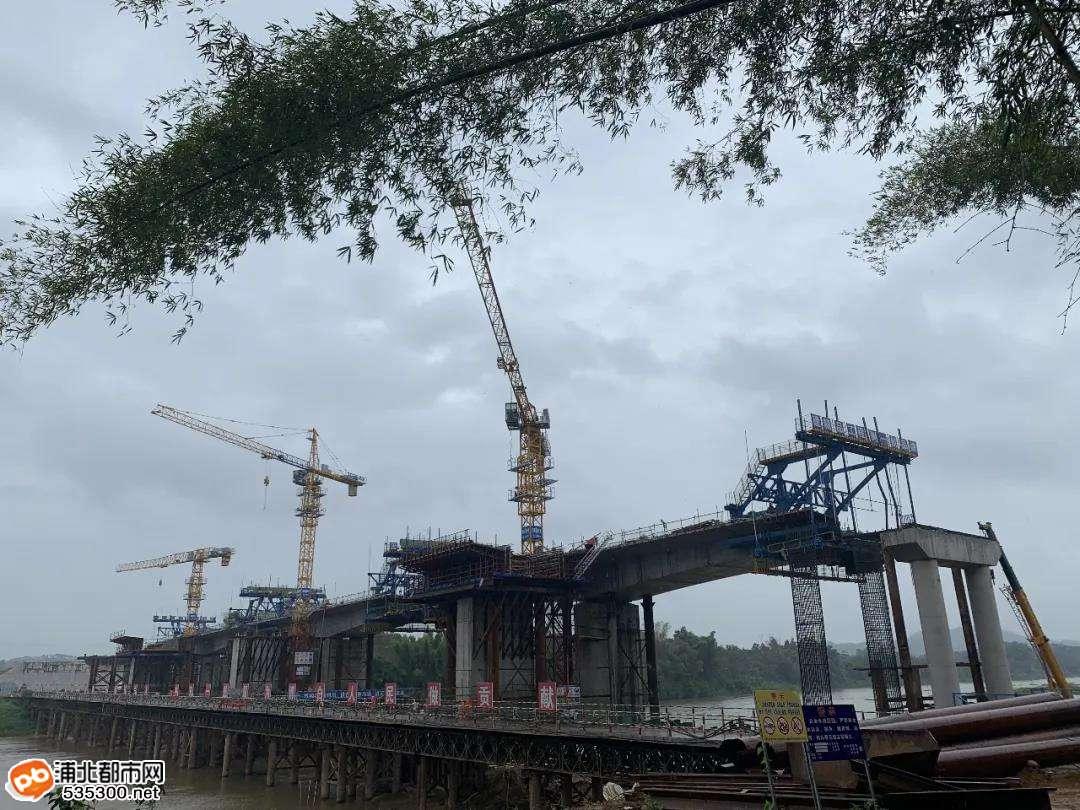 浦清高速南流江大桥首个水中墩连续梁边跨合龙段浇注完成
