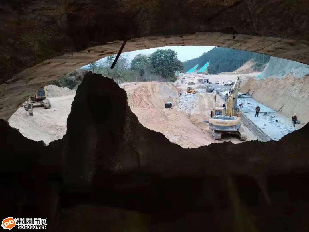 浦北至北流清湾高速公路又一隧道左线提前20天贯通