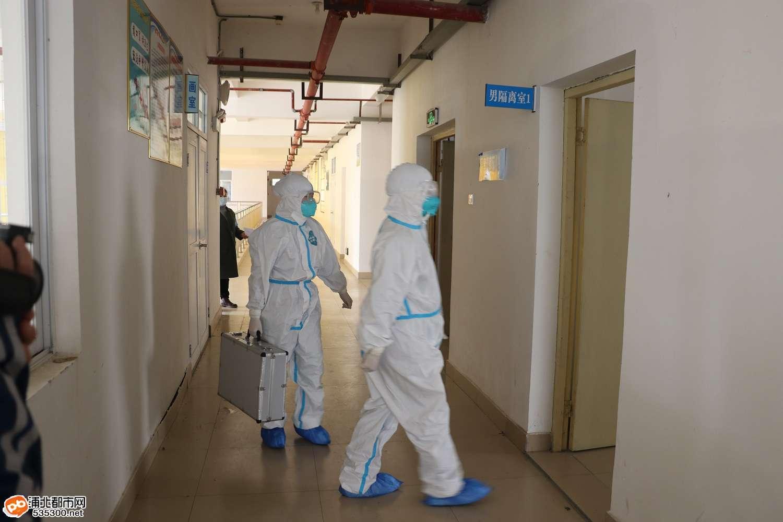 县人民医院医护人员来到隔离室1.jpg