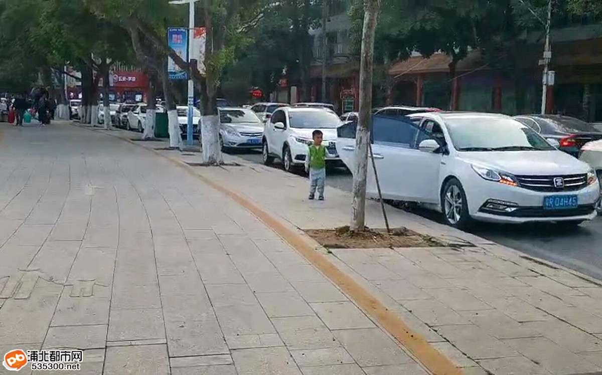 放寒假啦!浦北县城临近学校街道大堵车!超壮观!
