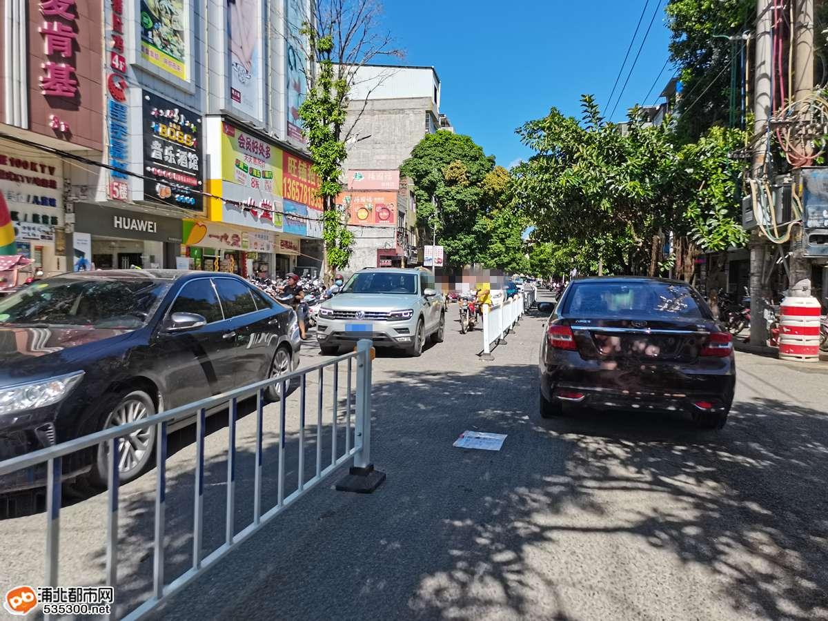奇葩!浦北这段路隔离防护栏又改成这样,有咩意义?