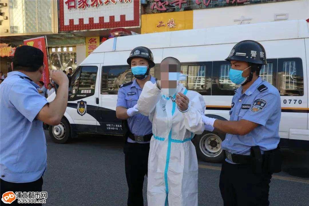 钦州警方组织押解黄宗兴等人涉黑犯罪集团主要犯罪嫌疑人公开辨认作案现场